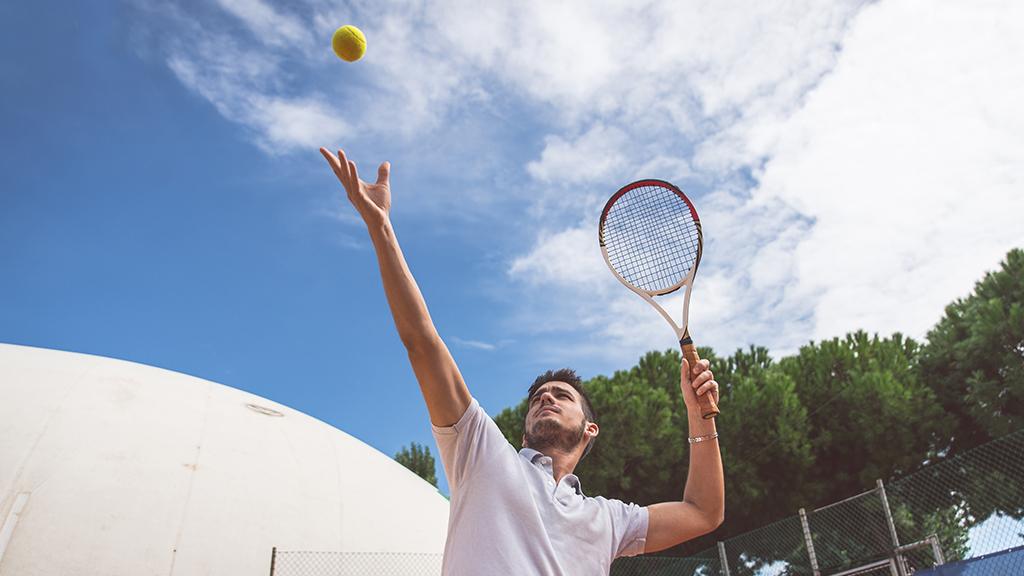 Illustration de la définition du smash au tennis